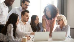 El equipo del negocio corporativo de empleados multiculturales se inspira en la reunión de grupo imagen de archivo