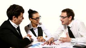 El equipo del negocio discute emocionalmente sus ideas almacen de video