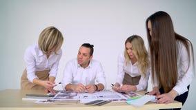 El equipo del negocio discute un diseño arquitectónico almacen de video