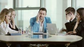El equipo del negocio está hablando activamente en el teléfono almacen de video