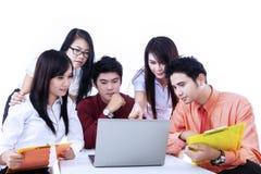 Discusión del equipo del negocio con el ordenador portátil en blanco Imagenes de archivo