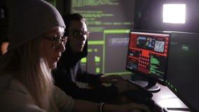 El equipo del pirata informático que rompe el sistema de seguridad Ciberdelincuencia, concepto cibernético de la seguridad metrajes