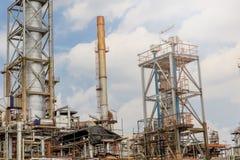 El equipo del refino de petróleo, detalle del oleoducto con las válvulas en refinería de petróleo grande, zona industrial Foto de archivo libre de regalías