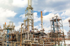 El equipo del refino de petróleo, detalle del oleoducto con las válvulas en refinería de petróleo grande, zona industrial Fotografía de archivo