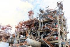 El equipo del refino de petróleo, detalle del oleoducto con las válvulas en refinería de petróleo grande, zona industrial Foto de archivo