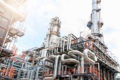 El equipo del refino de petróleo, detalle del oleoducto con las válvulas en refinería de petróleo grande, zona industrial Imágenes de archivo libres de regalías