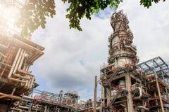 El equipo del refino de petróleo, detalle del oleoducto con las válvulas en refinería de petróleo grande, zona industrial Imagenes de archivo