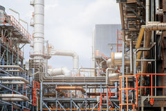 El equipo del refino de petróleo, detalle del oleoducto con las válvulas en refinería de petróleo grande, zona industrial Fotografía de archivo libre de regalías