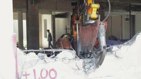 El equipo del robot está destruyendo las paredes almacen de metraje de vídeo