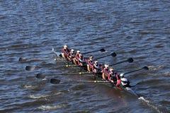 El equipo del rowing del capital compite con en el jefe de la juventud ocho del ` s de Charles Regatta Men Foto de archivo