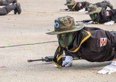 El equipo del sello de la marina de guerra realiza el entrenamiento para el combate en el desfile militar de Roy imagen de archivo