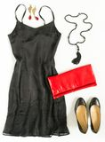 El equipo del vestido de cóctel, noche hacia fuera mira en el fondo blanco Poco vestido negro, embrague rojo de la tarde, zapatos Imagenes de archivo