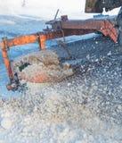 El equipo especial del cepillo limpia la nieve del camino Imágenes de archivo libres de regalías