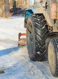 El equipo especial del cepillo limpia la nieve del camino en el invierno Foto de archivo