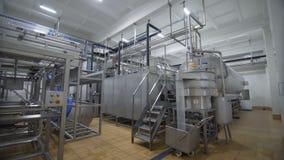 El equipo especial para pasteriza la leche en fábrica moderna de la lechería almacen de metraje de vídeo