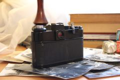 El equipo fotográfico viejo y la fotografía en la película es todavía de moda fotos de archivo