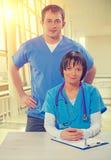 El equipo médico cuida en el instagram de mirada masculino y femenino de la cámara Imagen de archivo