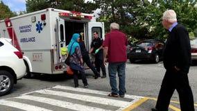 El equipo médico pone al paciente herido en ambulancia y transportado le almacen de video