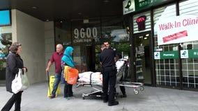 El equipo médico prepara poner al paciente herido en ambulancia metrajes