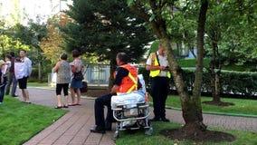 El equipo médico prepara poner al paciente herido en ambulancia almacen de metraje de vídeo