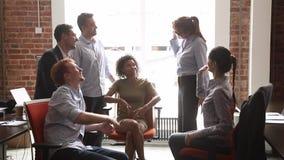 El equipo multicultural feliz de la oficina de negocios da altos cinco al mentor almacen de metraje de vídeo