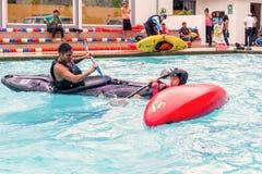 El equipo no identificado compite en la competencia canoeing en una piscina fotografía de archivo