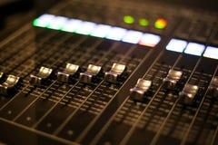 El equipo para el control del mezclador de sonidos en el canal de televisión del estudio, el audio y el interruptor de la producc imagen de archivo