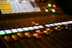 El equipo para el control del mezclador de sonidos en el canal de televisión del estudio, el audio y el interruptor de la producc fotos de archivo