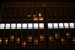 El equipo para el control del mezclador de sonidos en el canal de televisión del estudio, el audio y el interruptor de la producc fotografía de archivo