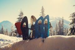 El equipo para el viaje del invierno se coloca teniendo en cuenta el sol del invierno Imagen de archivo