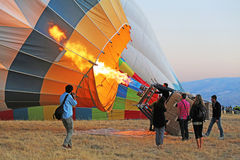 El equipo que infla el globo del aire caliente antes de lanzar Fotos de archivo