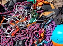 El equipo que sube shackles cuerdas de los harness Imagen de archivo