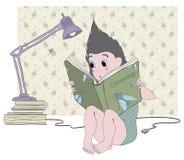 El erizo está leyendo un libro Fotos de archivo