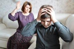 El escándalo en familia La mamá jura en su hijo adolescente Fotografía de archivo libre de regalías