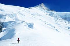 El escalador alcanza la cumbre del pico de montaña Éxito, libertad y felicidad, logro en montañas Concepto del deporte que sube foto de archivo libre de regalías