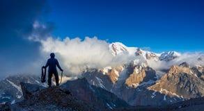 El escalador alpino alcanzó la cumbre Foto de archivo