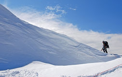 El escalador asciende la montaña Titnuld Imágenes de archivo libres de regalías
