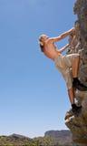 El escalador de roca en roca revuelve para arriba Foto de archivo