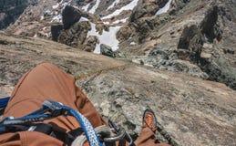 El escalador de roca Rappels en terreno montañoso en Washington State Imagenes de archivo