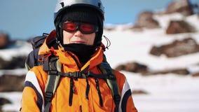 El escalador se coloca en el sol, mira alrededor y las sonrisas, satisfechas con el trabajo hecho metrajes