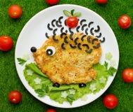 El escalope del pollo con las verduras formó el erizo divertido Fotografía de archivo