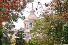 EL Escorial - εκκλησία μεταξύ των φύλλων και των δέντρων Στοκ Εικόνα