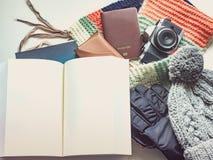 El escritor con el libro en plano del viaje de la estación del día de fiesta y del invierno pone el co Fotos de archivo libres de regalías