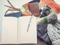 El escritor con el libro en plano del viaje de la estación del invierno pone concepto de Imagenes de archivo