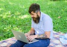 El escritor o el blogger escribe el poste para la red social Inspiración para bloguear El Blogger crea el contenido para la red s fotos de archivo libres de regalías