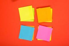 El escritorio de la tabla de la oficina con el sistema de fuentes coloridas, cuaderno de notas en blanco blanco, taza, pluma, PC, Fotos de archivo