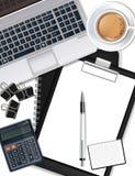 El escritorio de oficina con el ordenador portátil, el café, la pluma y la calculadora Vector realista libre illustration
