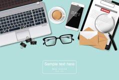 El escritorio de oficina del ordenador portátil, del cofee y de los vidrios Vector realista ejemplos detallados de los artilugios libre illustration