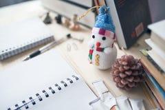 El escritorio del ` s del colegial en los días de días de fiesta de la Navidad Foto de archivo libre de regalías