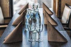 El escritorio servido en un restaurante con ligero silenciado alista para la llegada de huéspedes Fotos de archivo libres de regalías